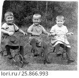 Купить «Дети катаются на детских трехколесных велосипедах. 50-е годы», фото № 25866993, снято 17 августа 2018 г. (c) Ирина Быстрова / Фотобанк Лори
