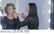 Professional make-up artist applying powder to woman face. Стоковое видео, видеограф Aleksey Popov / Фотобанк Лори