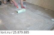 The worker prepares the floor for tiling. Стоковое видео, видеограф Кузьмов Пётр / Фотобанк Лори