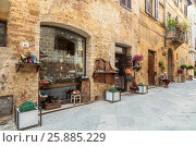 Купить «Улица в средневековом городке Пьенца в Италии, Тоскана», фото № 25885229, снято 3 августа 2015 г. (c) Наталья Волкова / Фотобанк Лори