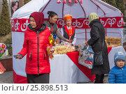 Женщины торгуют сдобной выпечкой (2017 год). Редакционное фото, фотограф Игорь Новиков / Фотобанк Лори