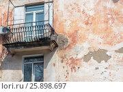 Разрушающаяся стена жилого здания (2017 год). Редакционное фото, фотограф Игорь Новиков / Фотобанк Лори