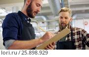 Купить «men with clipboard at brewery or beer plant», видеоролик № 25898929, снято 23 мая 2019 г. (c) Syda Productions / Фотобанк Лори