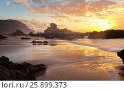 Купить «Закатное солнце отражается на влажном песке. Побережье Атлантики. Пляж  Каштележу. Алгарве. Португалия (Algarve; Praia do Castelejo)», фото № 25899373, снято 26 сентября 2012 г. (c) Виктория Катьянова / Фотобанк Лори
