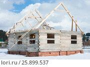 Купить «Строительство дома из бруса», фото № 25899537, снято 29 марта 2017 г. (c) Юлия Мальцева / Фотобанк Лори