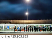 STOCKHOLM, SWEDEN Gullmarsplan bus stop and waiting line of people. (2017 год). Редакционное фото, фотограф A. Farnsworth / age Fotostock / Фотобанк Лори