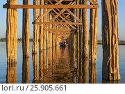 U Bein Bridge over the Taungthaman Lake, the oldest and longest teakwood bridge in the world Mandalay, Myanmar. Стоковое фото, агентство BE&W Photo / Фотобанк Лори