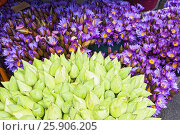 Купить «Flowers sold to be used as offerings in front of the Temple of the Tooth Relic in Kandy, Sri Lanka», фото № 25906205, снято 23 мая 2019 г. (c) BE&W Photo / Фотобанк Лори