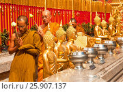 Купить «Monks in a procession around the great golden chedi at Wat Doi Suthep, Chiang Mai, Thailand», фото № 25907137, снято 21 сентября 2018 г. (c) BE&W Photo / Фотобанк Лори