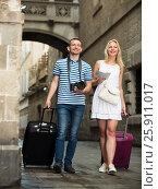 Cheerful traveling man and girl walking in city. Стоковое фото, фотограф Яков Филимонов / Фотобанк Лори