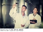 Adult two experts examining wine. Стоковое фото, фотограф Яков Филимонов / Фотобанк Лори