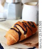 Круассан с шоколадом на пекарской бумаге. Стоковое фото, фотограф Галина Жигалова / Фотобанк Лори