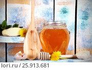 Купить «Мед в стеклянной банке рядом лежит атрибутика», фото № 25913681, снято 4 апреля 2017 г. (c) Анна Рахимова / Фотобанк Лори