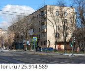 Купить «Пятиэтажный четырёхподъездный кирпичный жилой дом серии 1-511, построен в 1965 году. Никитинская улица, 8, корпус 1. Район Измайлово. Москва», эксклюзивное фото № 25914589, снято 1 апреля 2017 г. (c) lana1501 / Фотобанк Лори