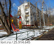 Купить «Пятиэтажный трёхподъездный блочный жилой дом серии 1-510, построен в 1961 году. Никитинская улица, 25, корпус 2. Район Северное Измайлово. Москва», эксклюзивное фото № 25914645, снято 1 апреля 2017 г. (c) lana1501 / Фотобанк Лори