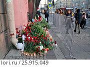 Купить «Цветы и лампады в память о жертвах теракта 3 Апреля 2016 года в метро Технологический институт. Санкт-Петербург, Россия, 2017-04-06.», фото № 25915049, снято 6 апреля 2017 г. (c) Максим Мицун / Фотобанк Лори