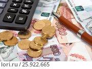 Калькулятор, ручка и российские деньги. Стоковое фото, фотограф Юрий Морозов / Фотобанк Лори