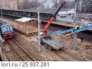 Купить «Установка лестничного марша с временной платформы на существующий пешеходный мост на платформе Лось», фото № 25937281, снято 8 апреля 2017 г. (c) Manapova Ekaterina / Фотобанк Лори