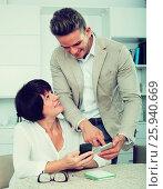 Купить «Son telling mother how to use phone», фото № 25940669, снято 8 июля 2020 г. (c) Яков Филимонов / Фотобанк Лори