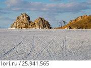 Купить «Скала Шаманка в теплом свете заката, остров Ольхон, озеро Байкал», фото № 25941565, снято 12 марта 2017 г. (c) Илья Бесхлебный / Фотобанк Лори