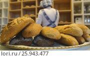 Купить «Handmade bread loaves on the counter top of a modern bakery», видеоролик № 25943477, снято 31 марта 2017 г. (c) Виктор Аллин / Фотобанк Лори