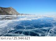 Чистый Байкальский лед ранней весной рядом с поселком Узуры на острове Ольхон в ясный день. Стоковое фото, фотограф Овчинникова Ирина / Фотобанк Лори