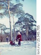 """1982-85 год, Подмосковье, пансионат """"Москва"""". Дети катаются на лыжах и санках, счастливое детство. Редакционное фото, фотограф Наталия Преображенская / Фотобанк Лори"""