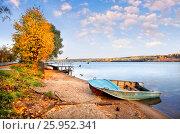 Купить «Autumn landscape with the Volga River in the town of Ples and boat», фото № 25952341, снято 21 сентября 2012 г. (c) Baturina Yuliya / Фотобанк Лори