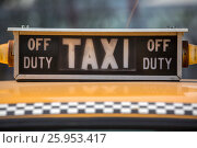 Купить «Знак на старом автомобиле такси», фото № 25953417, снято 11 апреля 2017 г. (c) Николай Винокуров / Фотобанк Лори