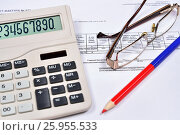 Купить «Белый калькулятор и красно-синий карандаш с очками лежат на счёте-фактуре», фото № 25955533, снято 11 апреля 2017 г. (c) Максим Мицун / Фотобанк Лори