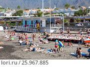 Купить «Будка спасателей и медицинской службы на заполненном отдыхающими людьми пляже. Плая Фанабе (Playa Fanabe). Коста Адехе, Тенерифе, Канарские острова, Испания», фото № 25967885, снято 31 декабря 2015 г. (c) Кекяляйнен Андрей / Фотобанк Лори