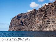 Купить «Отвесные скалы Los Gigantes. Вид с Атлантического океана. Тенерифе. Канары, Испания», фото № 25967945, снято 7 января 2016 г. (c) Кекяляйнен Андрей / Фотобанк Лори