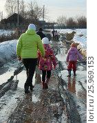 Купить «Сельские люди идут в резиновых сапогах по грязной дороге», фото № 25969153, снято 12 апреля 2017 г. (c) Юлия Мальцева / Фотобанк Лори