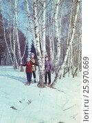 1982-85 год, Подмосковье, пансионат. Счастливое советское детство. Семья катается на лыжах. Редакционное фото, фотограф Наталия Преображенская / Фотобанк Лори