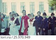 1980-83 годы. Москва, 1 сентября. Дети идут в школу. Редакционное фото, фотограф Наталия Преображенская / Фотобанк Лори