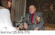 Купить «Ветеран Второй Мировой войны, отвечает на вопросы журналиста», эксклюзивный видеоролик № 25976773, снято 13 апреля 2017 г. (c) Дмитрий Неумоин / Фотобанк Лори
