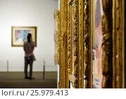 Девушка смотрит на картину в музее искусств (2016 год). Стоковое фото, фотограф Irina Opachevsky / Фотобанк Лори