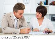 Man consults at the familiar positive lawyer. Стоковое фото, фотограф Яков Филимонов / Фотобанк Лори