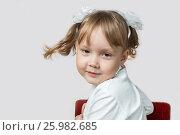 Маленькая девочка крутит головой. Стоковое фото, фотограф Алексей Кокорин / Фотобанк Лори
