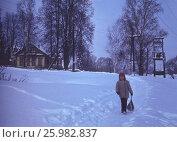 Советские старые фото. 1975, Подмосковье. Маленькая девочка идет по деревне, счастливое детство. Редакционное фото, фотограф Наталия Преображенская / Фотобанк Лори