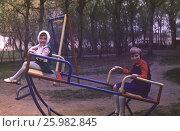 Советские старые фото. 1980 год,  Москва, Девочки играют на детской площадке во дворе. Счастливое советское детство. Редакционное фото, фотограф Наталия Преображенская / Фотобанк Лори