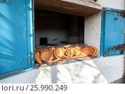 Купить «Традиционные узбекские лепешки, выпеченные в тандырной печи», фото № 25990249, снято 20 июля 2018 г. (c) FotograFF / Фотобанк Лори