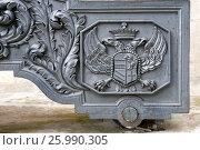 Купить «Деталь декора лафета трофейного французского орудия из коллекции артиллерии XVI-XIX веков возле здания Арсенала Московского Кремля, Москва», фото № 25990305, снято 7 сентября 2016 г. (c) Pukhov K / Фотобанк Лори