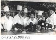 Купить «Продавцы на рабочем месте в овощном отделе магазина, 1960-е годы», фото № 25998785, снято 23 августа 2019 г. (c) Retro / Фотобанк Лори