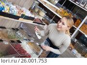 Купить «Blond woman choosing cereals», фото № 26001753, снято 24 января 2020 г. (c) Яков Филимонов / Фотобанк Лори
