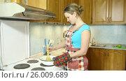 Купить «Счастливая домохозяйка занимается приготовлением яблочного варенья», видеоролик № 26009689, снято 5 марта 2017 г. (c) Сергей Дубров / Фотобанк Лори