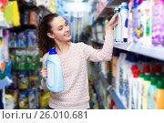 Купить «Young brunette woman choosing detergent», фото № 26010681, снято 16 февраля 2020 г. (c) Яков Филимонов / Фотобанк Лори