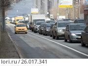Купить «Такси с желтыми номерами двигается по выделенной полосе на алтуфьевском шоссе в районе метро Алтуфьево», фото № 26017341, снято 14 апреля 2017 г. (c) Сергей Спритнюк / Фотобанк Лори