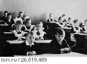 Купить «Советские дети сидят за партами в школьном классе. 1970 год.», эксклюзивное фото № 26019489, снято 19 апреля 2017 г. (c) Светлана Попова / Фотобанк Лори