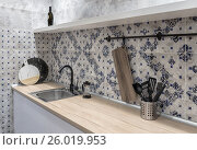Купить «Интерьер современной кухни. Столешница из дерева, фартук из керамической плитки с орнаментом, мойка из нержавейки.», фото № 26019953, снято 28 марта 2017 г. (c) Светлана Васильева / Фотобанк Лори